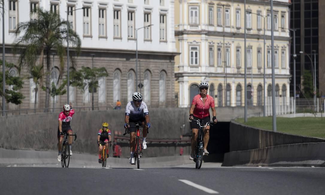 Ciclistas na saída do túnel Marcelo Alencar, na Zona Portuária do Rio Foto: Márcia Foletto / Agência O Globo