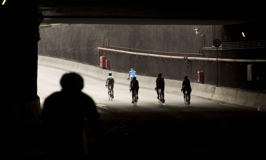 O trânsito, que normalmente é restrito para ciclistas no Túnel Marcelo Alencar, será liberado para treinos aos domingos e feriados, das 6h às 8h Foto: Márcia Foletto / Agência O Globo
