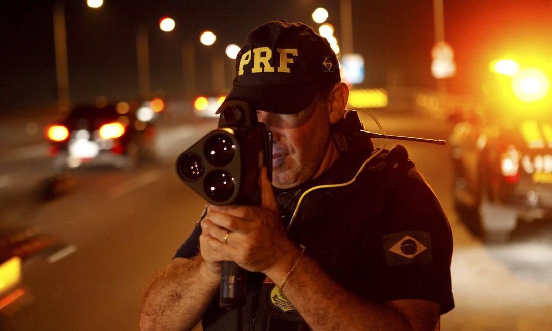 16/10/2015 - Rio de Janeiro(RJ). Polícia Federal faz fiscalização com radar móvel Foto: Gustavo Stephan / Agência O Globo