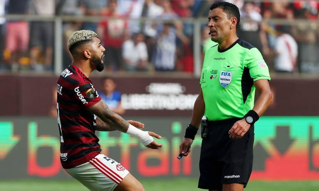 Gabriel Barbosa também é campeão em número de cartões tomados: 22 ano ano, sendo 12 deles no Brasileirão Foto: Pilar Olivares / Reuters
