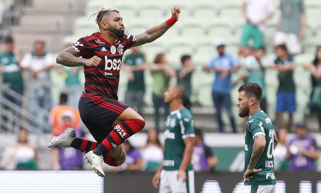 Gabigol festeja no ar um dos gols sobre o Palmeiras Foto: Fotoarena / Agência O Globo