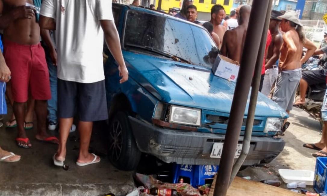Carro invadiu local onde pessoas se reuniam num churrasco. Pelo menos cinco foram atropelados e foram levados à UPA do Pacheco, em frente ao local do acidente Foto: Reprodução