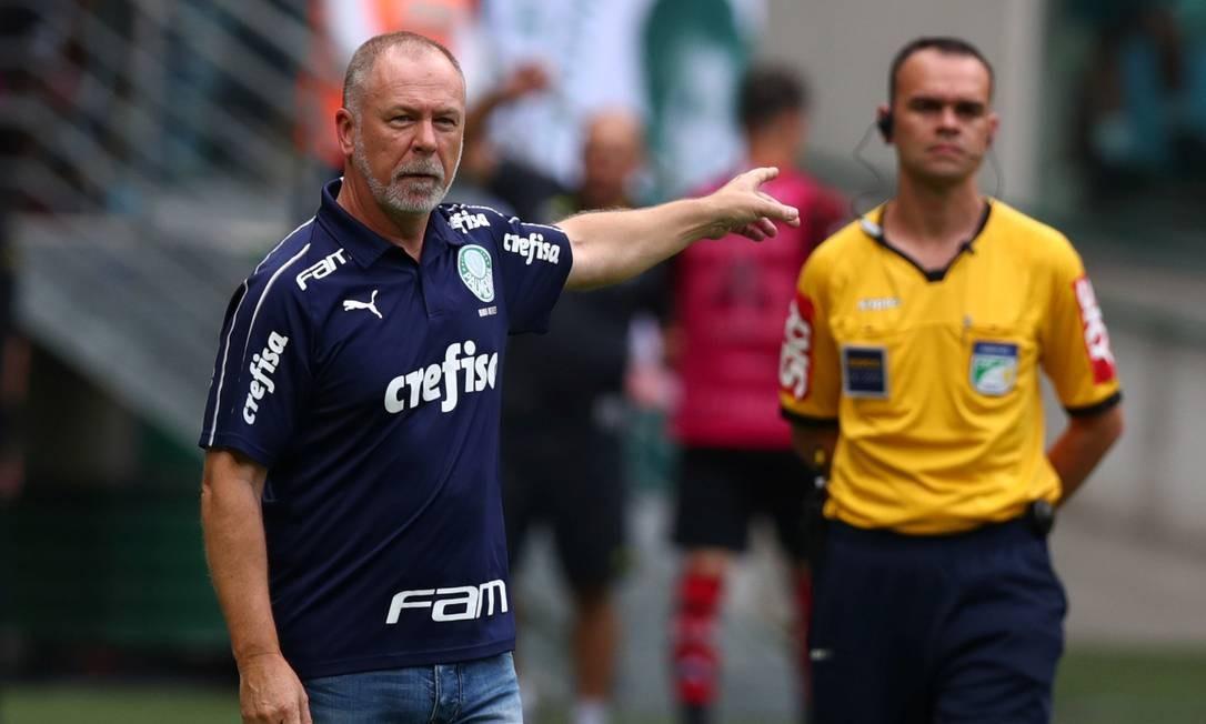 Depois de perder por 3 a 1, em casa, em jogo de torcida única, o substituto de Felipão, Mano Menezes, foi demitido após nova derrota para o Fla Foto: Amanda Perobelli / Reuters