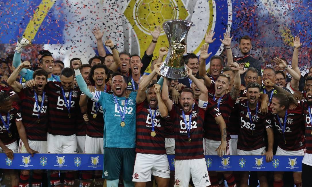 De volta ao Brasil e campeão da Libertadores, Flamengo recebeu a taça de campeão do Brasileiro depois de vitória sobre o Ceara por 4 a 1 Foto: Marcelo Theobald/27-11-2019 / Agência O Globo