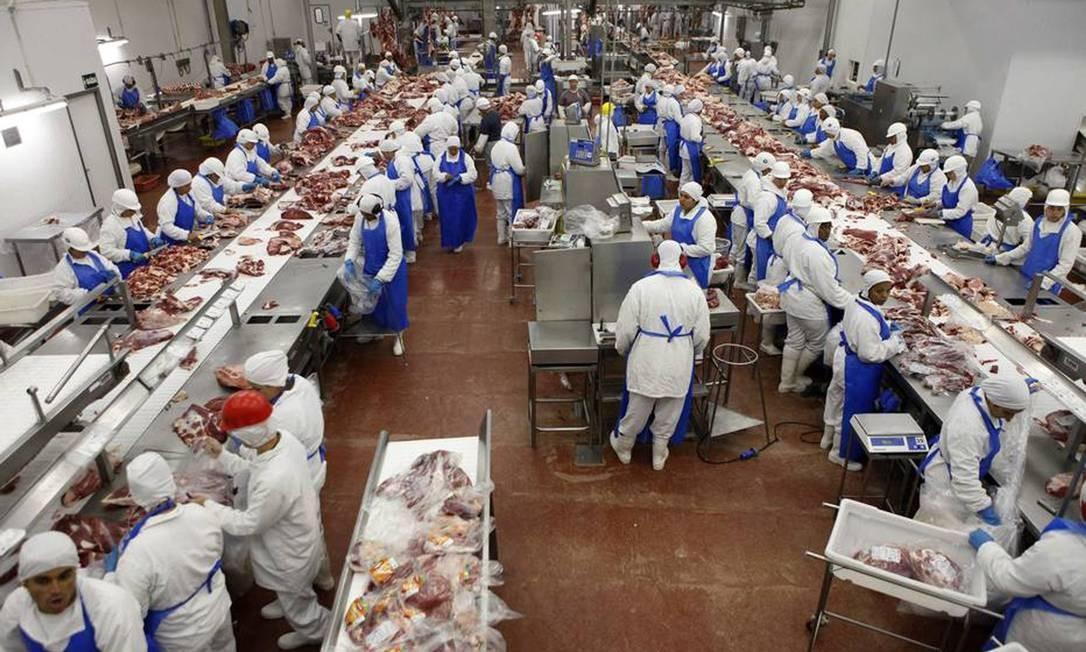 Exportadoras de carne, como JBS, BRF, Minerva e Marfrig, vivem bom momento com alta do dólar e aumento da demanda da China Foto: PAULO WHITAKER / Agência O Globo