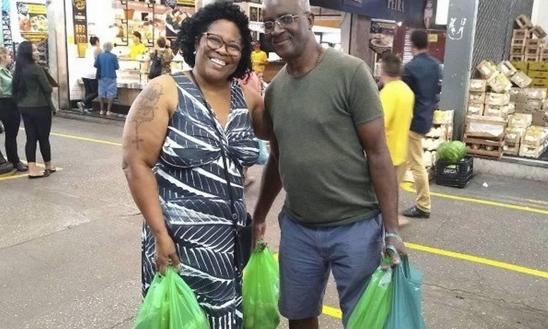 Precavidos; o casal Regina e Antonino dos Santos antecipou as compras da ceia Foto: Pollyanna Brêtas - Agência O Globo