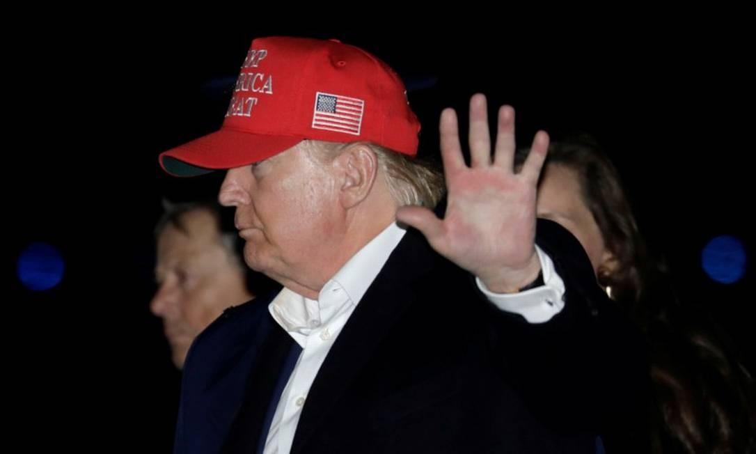 Presidente Donald Trump acena após desembarcar do Força Aérea Um ao retornar do feriado do Dia de Ação de Graças Foto: YURI GRIPAS / REUTERS