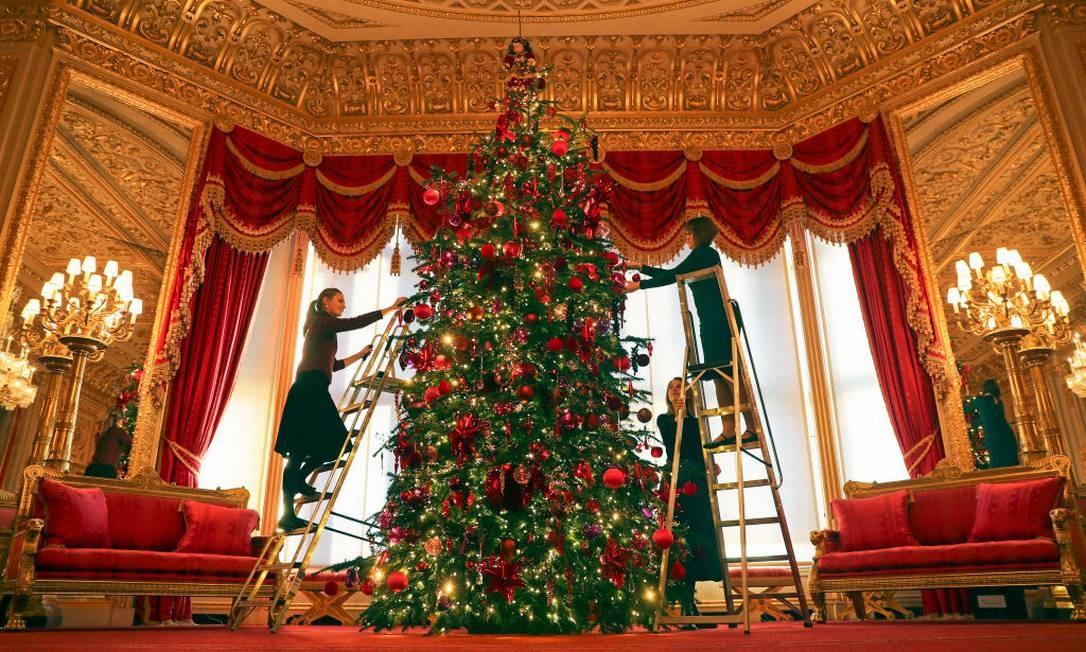 A árvore de Natal de 6 metros no St. George's Hall Foto: Steve Parsons - PA Images / PA Images via Getty Images