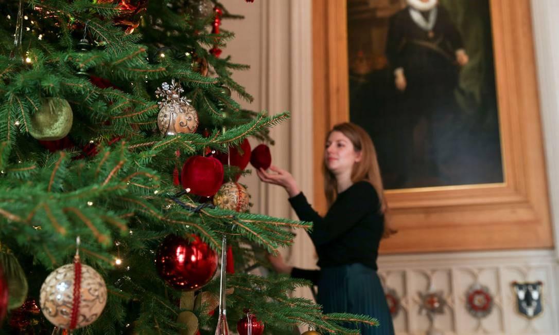 Últimos retoques na árvore do Windsor Castle Foto: Steve Parsons - PA Images / PA Images via Getty Images