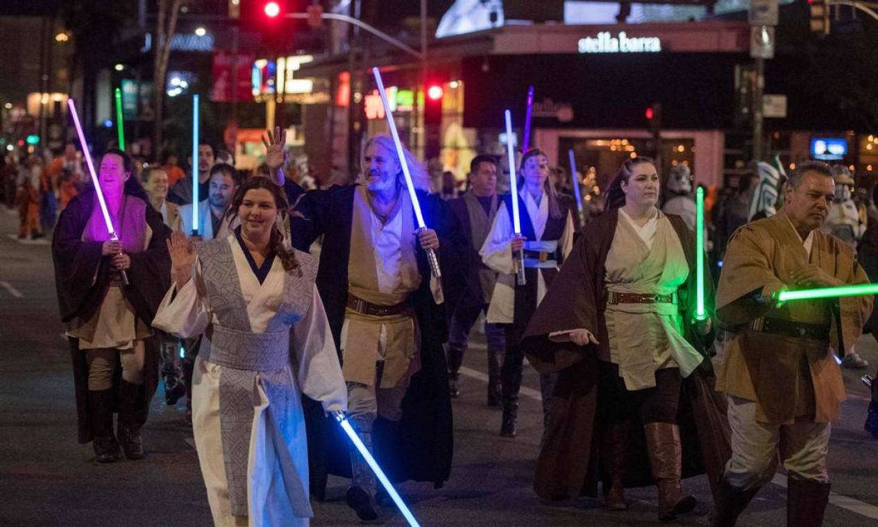 Fãs da sagaStar Wars marcham fantasiados durante o 88º desfile anual de Natal de Hollywood, em Hollywood, Califórnia, EUA Foto: Mark Ralston / AFP
