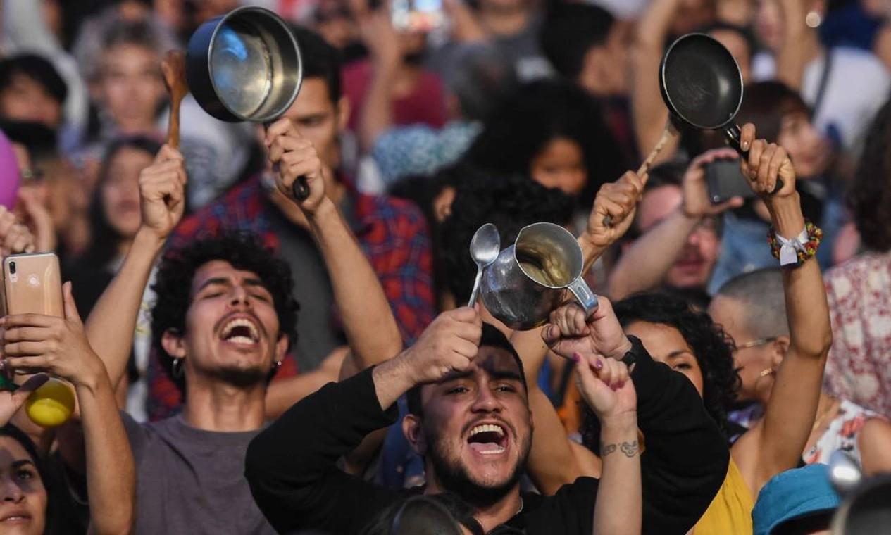 """Artistas colombianos fazem """"Desconcerto nacional"""" na noite deste domingo em apoio ao décimo dia de greve geral contra o presidente Ivan Duque. O levante popular que tem se espalhado pela América do Sul tem sido chamado de 'Cacerolazo' (panelaço, em português) Latino Ameriano Foto: Joaquin Sarmiento / AFP"""