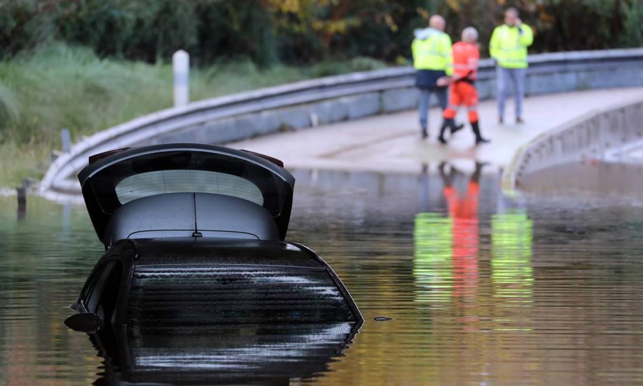 Tempestada deixa região da Riviera Francesa alagada nesta segunda-feira. Na foto, carro aparece encoberto pelo alagamento em Mandelieu-la-Napoule Foto: Valery Hache / AFP