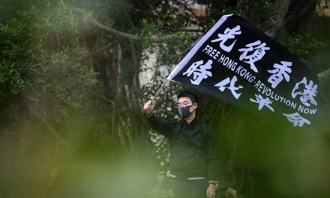 """""""Hong Kong livre - Revolução já"""", diz bandeira. Trabalhadores do setor de publicidade participam uma greve de cinco dias, no Chater Garden para exigir que o governo responder às cinco demandas do movimento de protesto pró-democracia da cidade Foto: Anthony Wallace / AFP"""