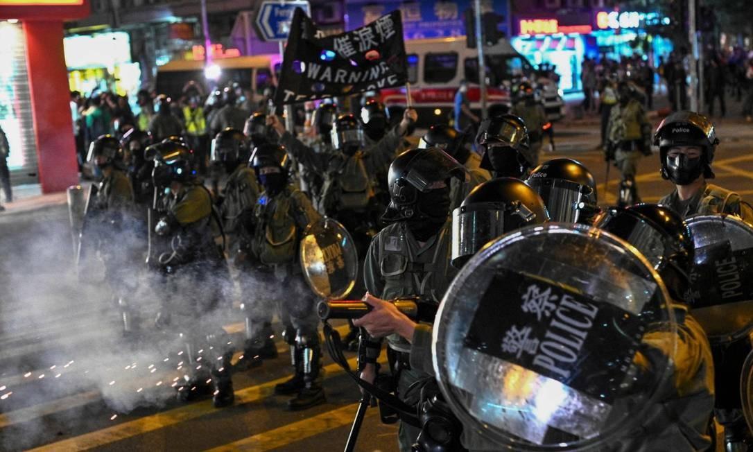 Polícia de Hong Kong atira gás lacrimogêneo e spray de pimenta contra manifestantes Foto: PHILIP FONG / AFP/01-12-2019