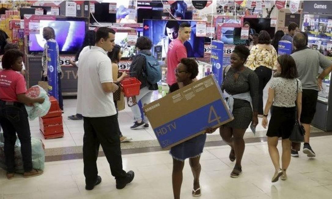 Cyber Monday terá ofertas em itens como smartphones, computadores e televisões Foto: Marcelo Theobald/ Agência O Globo
