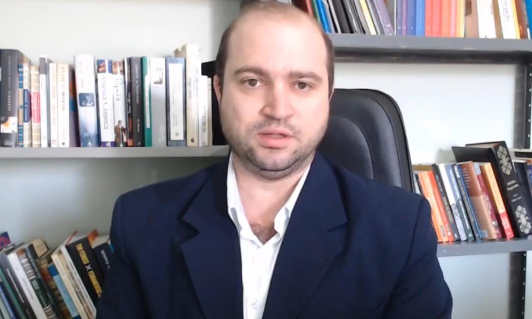 Dante Mantovani em vídeo no YouTube que associa Beatles ao teóricos da Escola de Frankfurt Foto: Reprodução