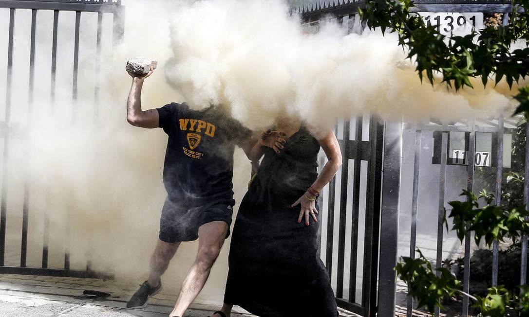 Vizinho de Piñera tenta atacar manifestantes com pedras e recebe jato de extintor de incêndio em Las Condes, Santiago Foto: Javier Torres / AFP