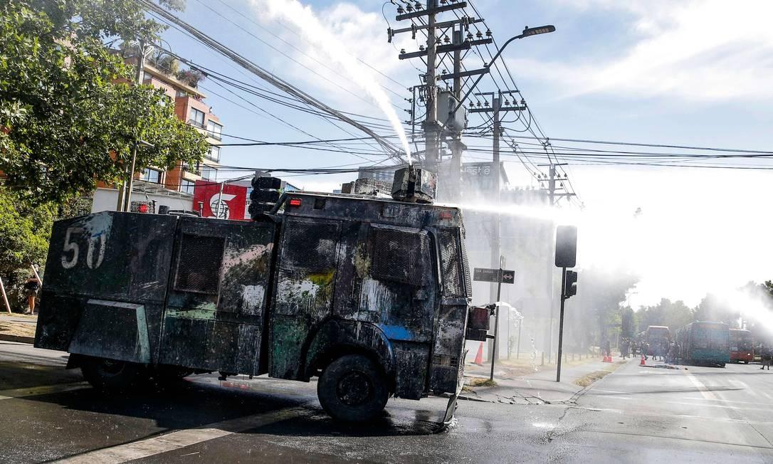 Blindado dispersou multidão com jatos d'água Foto: Javier Torres / AFP