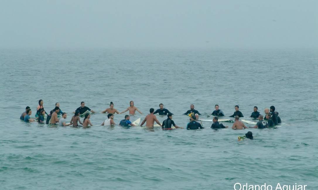 Amigos fazem uma homenagem ao surfista Leo Neves Foto: Orlando Aguiar / Divulgação