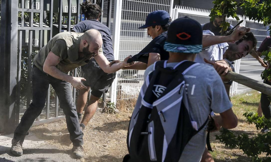 Luta de classes: vizinhos do presidente e manifestantes brigam Foto: Javier Torres / AFP