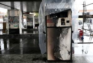 Bomba de combustível destruída em um posto de gasolina em Teerã. Aumento nos preços, aliado às condições econômicas do país, levaram a uma das maiores ondas de protestos na década Foto: Wana News Agency / VIA REUTERS
