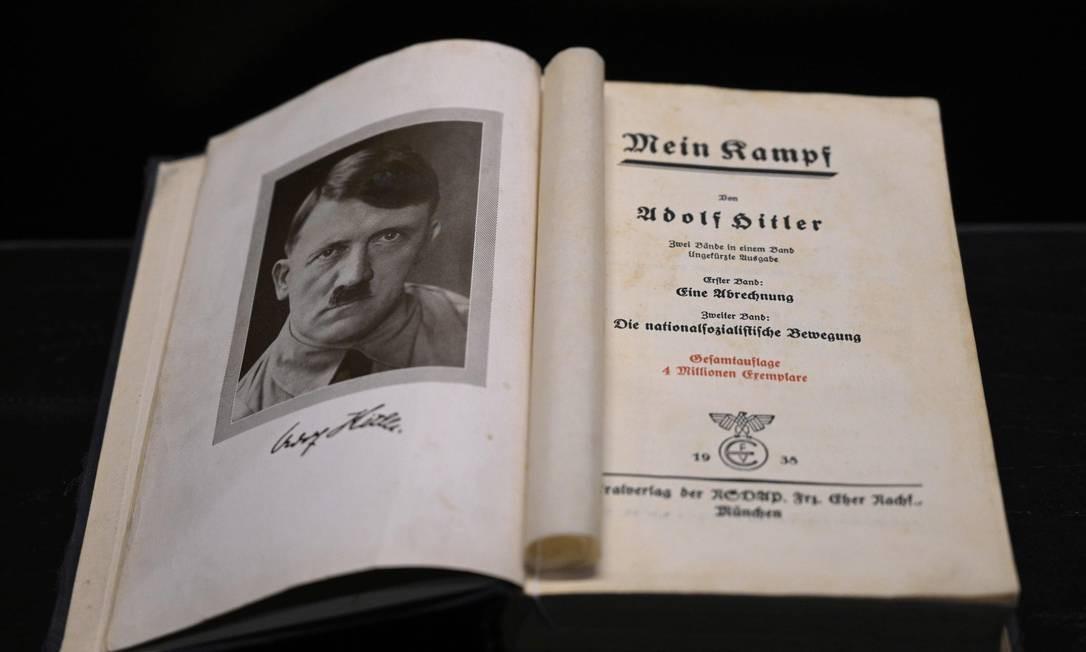 """Cópia do livro """"Mein Kampf"""" (Minha Luta), escrito por Adolf Hitler. Segundo historiador Bruno Garbari, responsável pela mostra, """"não se pode explicar o Holocausto sem entender como Hitler chegou ao poder"""" Foto: JUAN MABROMATA / AFP"""