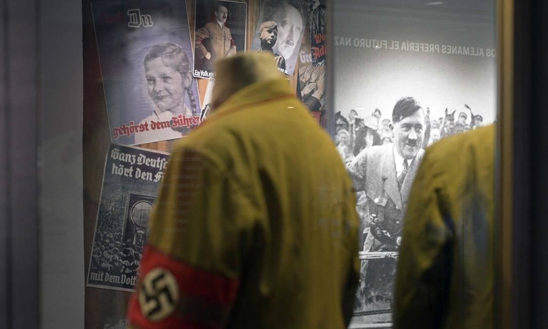 Uniformes de soaldados e cartazes do líder nazista Adolf Hitler, Foto: JUAN MABROMATA / AFP