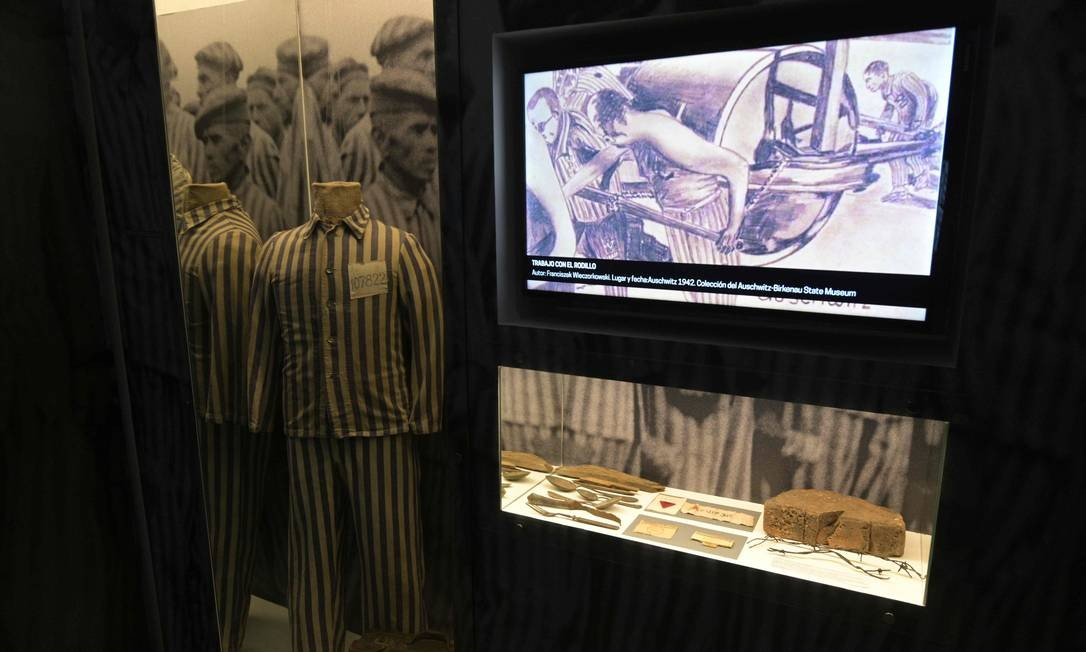 Uniforme usado por um prisioneiro judeu é exibido no museu. Exposição visa alertar sobre o que o ódio pode gerar nos seres humanos e manter viva a memória das vítimas Foto: JUAN MABROMATA / AFP