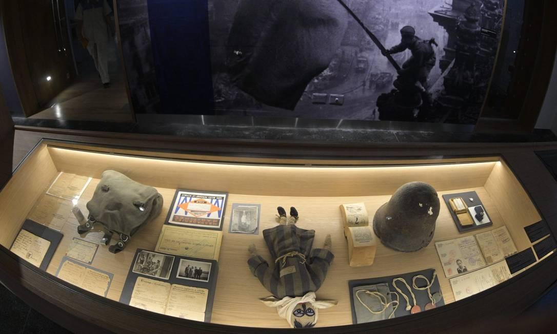 Objetos exibidos no Museu do Holocausto em Buenos Aires. Focada nos sobreviventes que chegaram e reconstruíram suas vidas na Argentina, exposição também reflete contradição do país, um refúgio para judeus perseguidos e também abrigo de líderes nazistas após a queda do regime Foto: JUAN MABROMATA / AFP