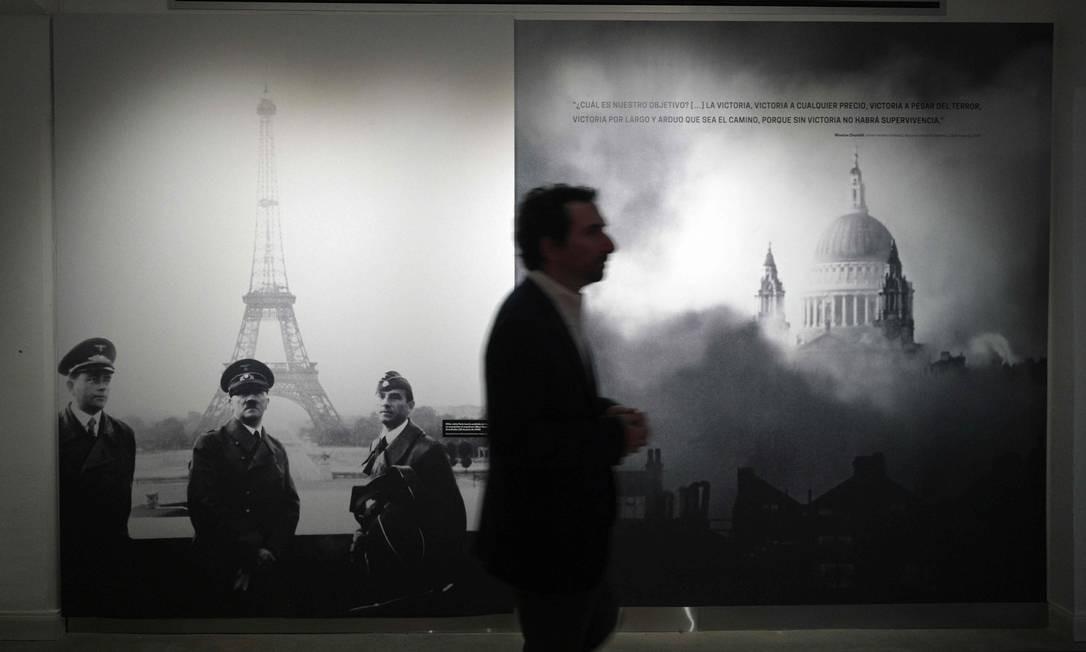 Homem caminha no Museu do Holocausto em Buenos Aires Foto: JUAN MABROMATA / AFP