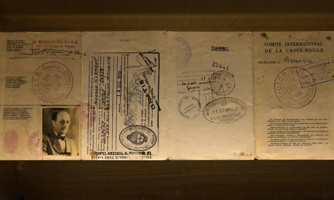O passaporte usado pelo oficial nazista Adolf Eichmann para escapar da Alemanha para a Argentina - onde foi capturado em 1950 Foto: JUAN MABROMATA / AFP