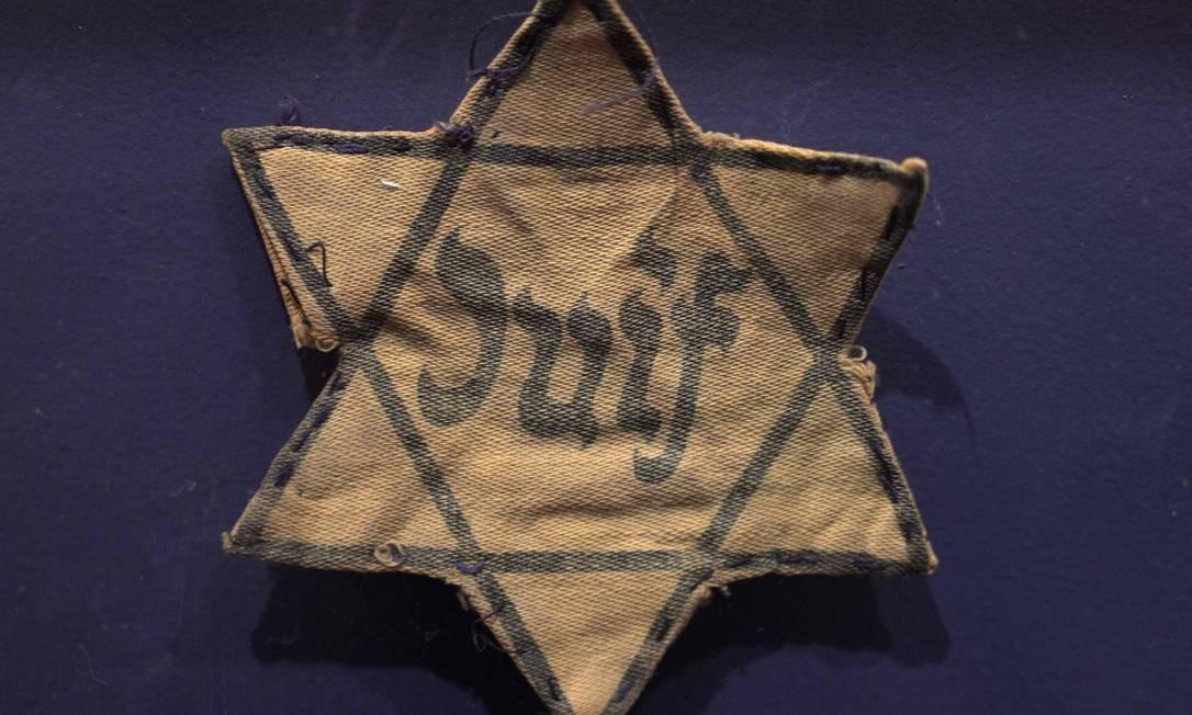 Um distintivo judeu francês integra o acervo da exposição Foto: JUAN MABROMATA / AFP