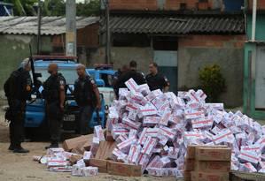 Carga de doces recuperada pela Polícia Militar que foi roubada por criminosos de uma favela em Jardim América Foto: Arquivo / 19/12/2018 / Fabiano Rocha / Agência O Globo