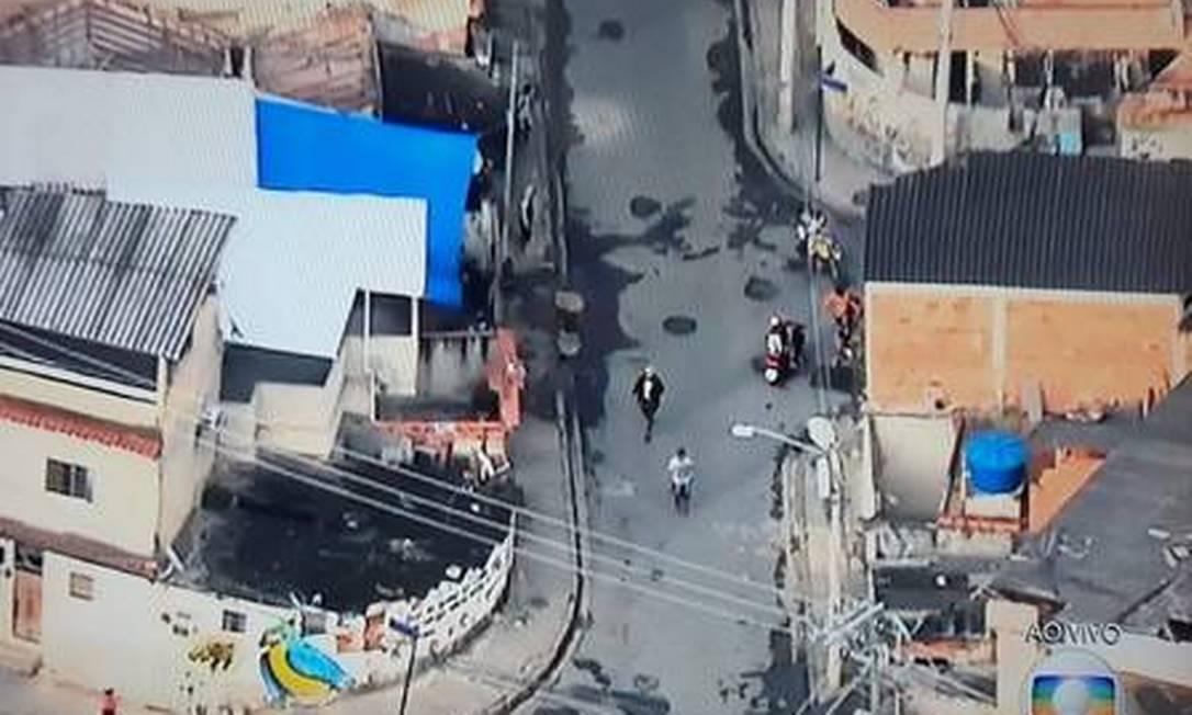 Traficantes fogem da polícia durante operação na Cidade de Deus Foto: Reprodução/TV Globo