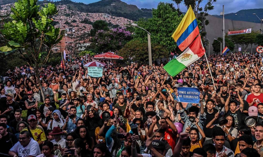 Colombianos particpam de concerto na cidade de Medellin em apoio ao movimento de protesto e greve geral contra as políticas do presidente Iván Duque neste domingo: governo quer cancelamento de paralisação marcada para esta quarta Foto: JOAQUIN SARMIENTO/AFP/01-12-2019