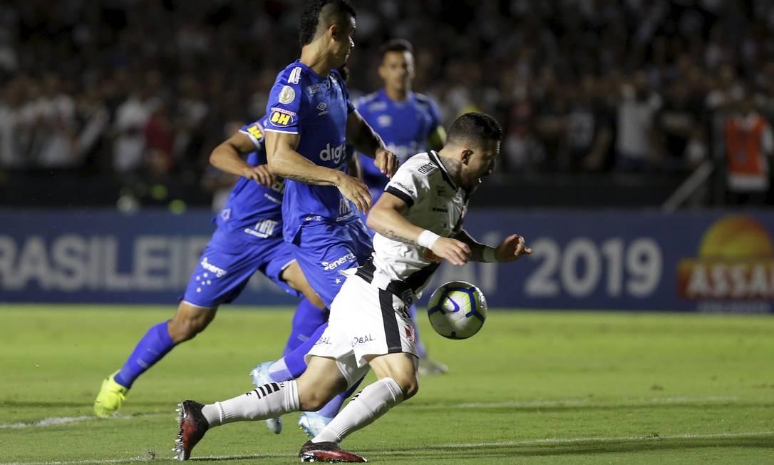 Rossi é derrubado por Egidio no início do jogo. Árbitro mandou o jogo seguir Foto: MARCELO THEOBALD