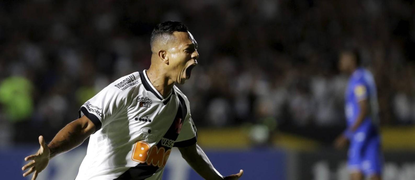 Guarín comemora o gol que abriu o placar para o Vasco diante do Cruzeiro Foto: MARCELO THEOBALD / Agência O Globo