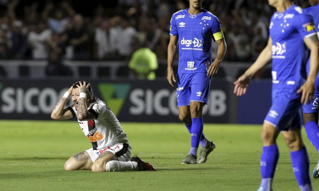 Rossi se desespera depois que o árbitro não marcou falta de Egidio Foto: MARCELO THEOBALD / MARCELO THEOBALD