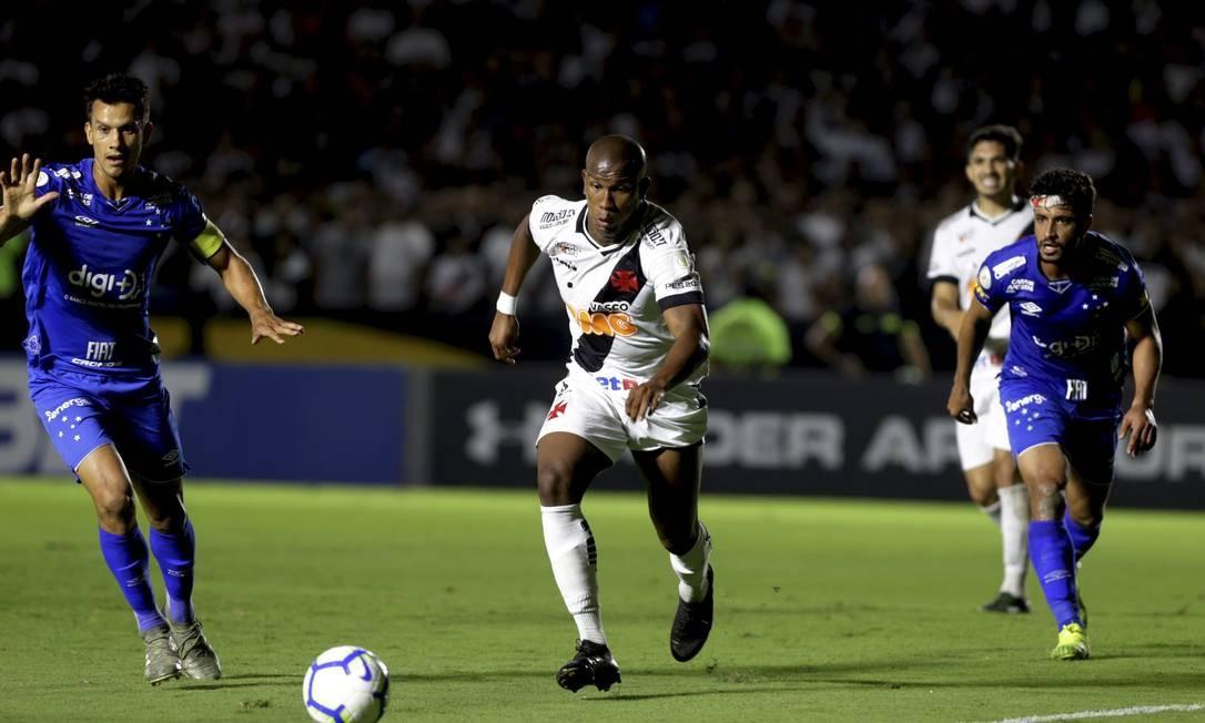 Ribamar é marcado por Henrique na partida entre Vasco e Cruzeiro Foto: MARCELO THEOBALD / Agência O Globo