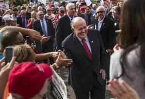 Giuliani cumprimenta eleitores ao chegar em evento de campanha do republicano Ron DeSantis para governador da Flórida em 2018: de herói a vilão Foto: Scott McIntyre/The New York Times/04-11-2018