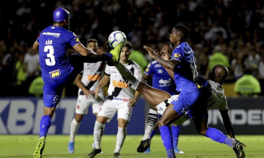 Ribamar disputa a bola com o cruzeirense Léo Foto: MARCELO THEOBALD / MARCELO THEOBALD