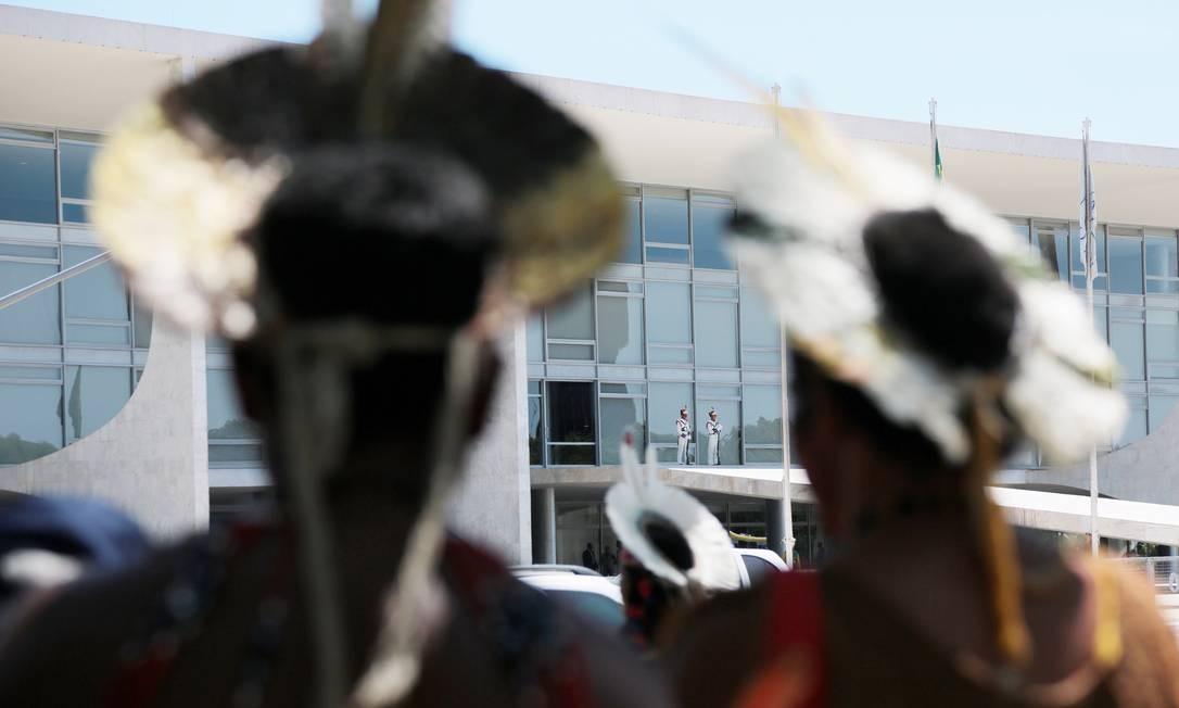 Índios em protesto realizado na Praça dos Três Poderes, em Brasília, em março de 2015 Foto: Michel Filho / Agência O Globo