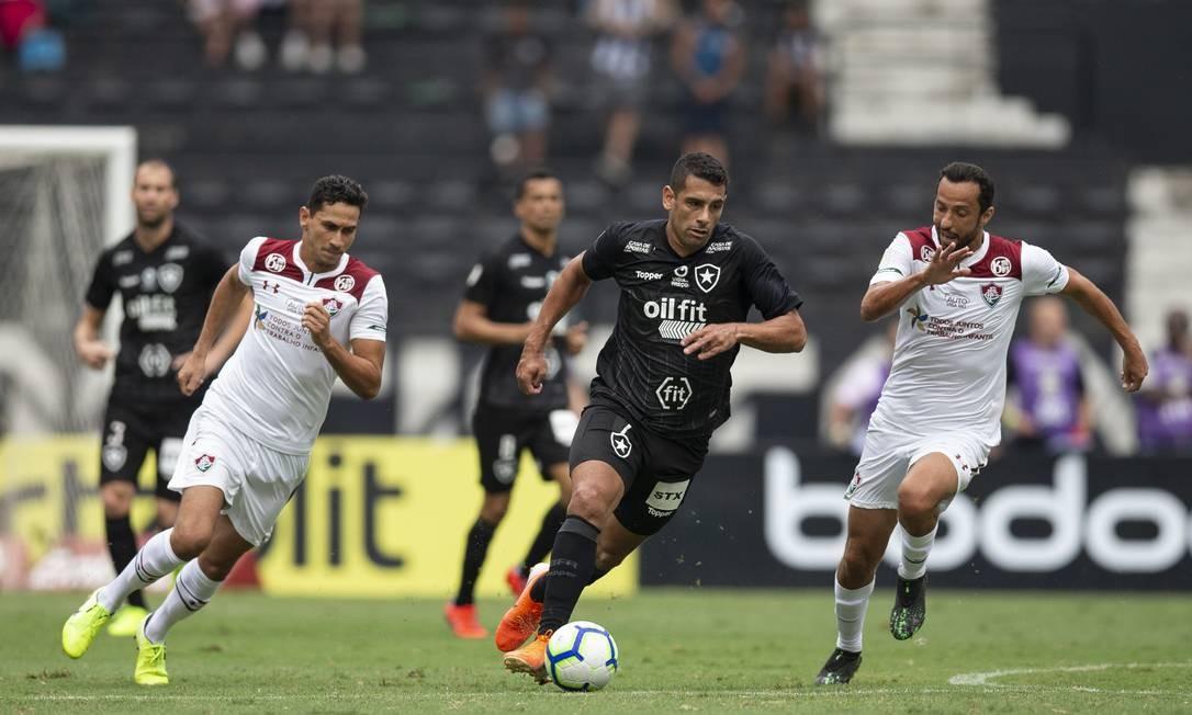 Botafogo e Flu correrão por uma vaga na Sul-Americana nas últimas rodadas Foto: Alexandre Cassiano