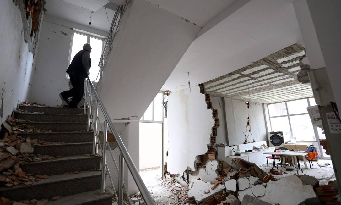 Um homem retorna em casa para buscar pertences em Durres e encontra imóvel destruído pelo terremoto de magnitude 6,4 que atingiu a Albânia no final do mês passado. Cinco mil pessoas ficaram desabrigado Foto: Gent Shkullaku / AFP