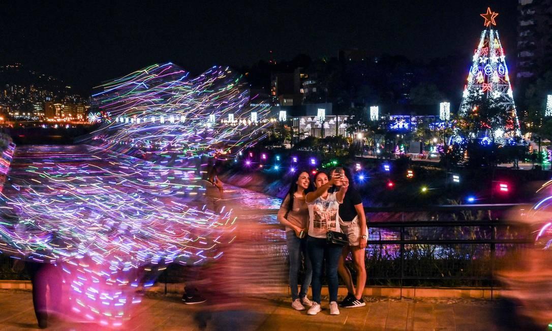 Em meio ao clima do 'panelaço latino-americano', a capital colombiana Medellín se enfeita para o natal Foto: Joaquin Sarmiento / AFP