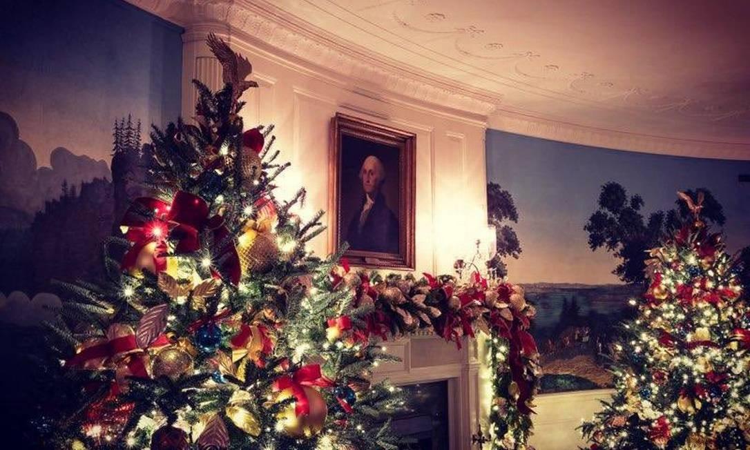 Os enfeites de Natal da Casa Branca convivem com a arte da decoração Foto: Melania Trump/ Twitter