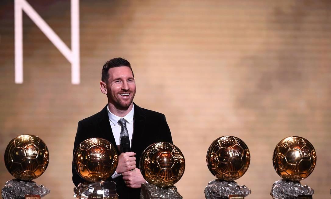 O atacante argentino do Barcelona Lionel Messi recebeu na noite de ontem o troféu Bola de Ouro da revista France Football. O craque já tinha faturado o prêmio de melhor o mundo na temporada 2018/2019 entregue em setembro pela Fifa. As duas principais premiações para jogadores de futebol foram unificadas entre 2010 e 2015 – ano que o argentino também foi premiado. Neste ano, Messi foi eleito o melhor em ambos Foto: Franck Fife / AFP
