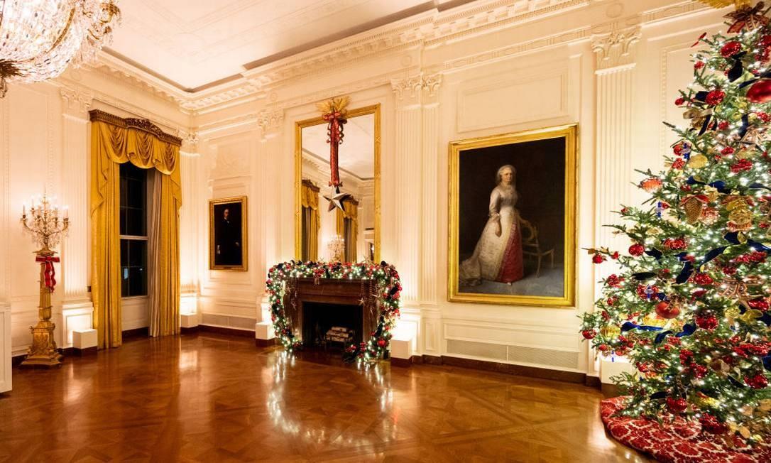 The East Room da Casa Branca com árvore de Natal e decoração na lareira Foto: Barcroft Media / Barcroft Media via Getty Images