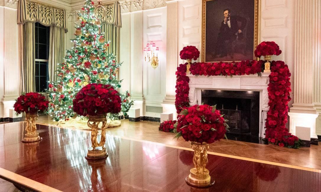 Melania foi mais clássica este ano, ams não abriu mão do vermelho na sala de jantar Foto: Barcroft Media / Barcroft Media via Getty Images
