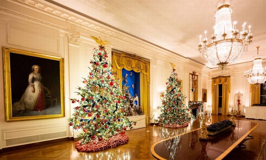 Árvores convivem com os belos lustres da Casa Branca Foto: Barcroft Media / Barcroft Media via Getty Images